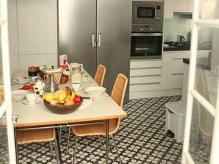 Suelos Hidráulicos Demosaica クラシックデザインの キッチン