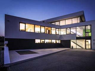 Firmengebäude in moderner Architektur:  Geschäftsräume & Stores von FLOW.Architektur