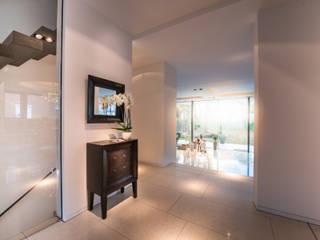 Pasillos, vestíbulos y escaleras de estilo moderno de FLOW.Architektur Moderno