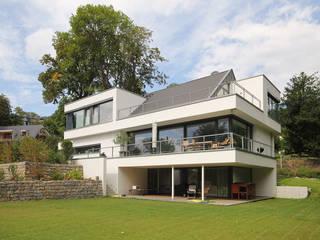 Architektenhaus mit Satteldach: moderne Häuser von FLOW.Architektur