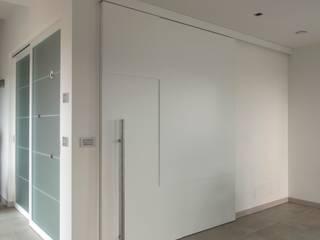 Porta scorrevole cucina: Cucina in stile in stile Moderno di medeaa Marchetti e De Luca Architetti Associati