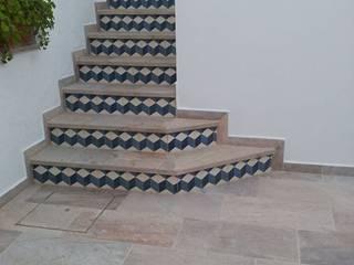 經典風格的走廊,走廊和樓梯 根據 Suelos Hidráulicos Demosaica 古典風