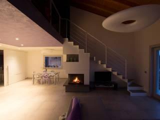 Il soggiorno e la sala da pranzo: Soggiorno in stile in stile Moderno di medeaa Marchetti e De Luca Architetti Associati