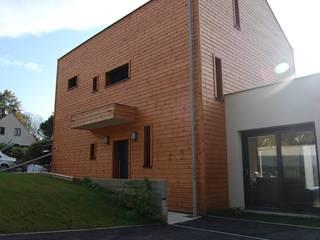 façade nord-entrée: Maisons de style  par SARA Architecture