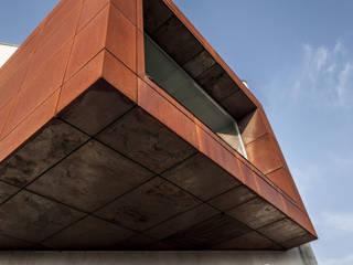 L'ufficio sospeso Case moderne di STUDIO CRAVERO - BONETTO S.S. Moderno