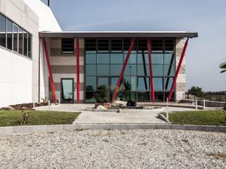Pali rossi Negozi & Locali commerciali in stile industrial di STUDIO CRAVERO - BONETTO S.S. Industrial