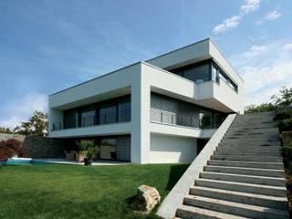 Neubau Hangvilla: moderne Häuser von FLOW.Generalunternehmer
