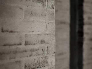 interno a Lucca: Pareti in stile  di Arrigoni Architetti