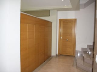 Modern corridor, hallway & stairs by MUDEYBA S.L. Modern