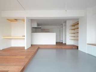 Modern living room by Niji Architects/原田将史+谷口真依子 Modern
