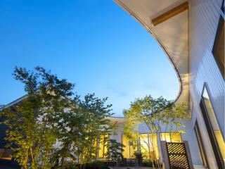 馬蹄屋根の家: ヒロノアソシエイツ一級建築士事務所が手掛けた庭です。