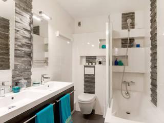 Salle de bains blanche/ardoise/WC suspendu / baignoire:  de style  par Am by Annie Mazuy