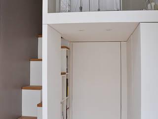 mezzanine: Couloir et hall d'entrée de style  par LLARCHITECTES