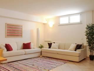 Home relooking: intervento su una sala hobby: Soggiorno in stile  di LET'S HOME,