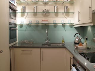Kitchen with glass splashback in aqua.: classic Kitchen by Meltons