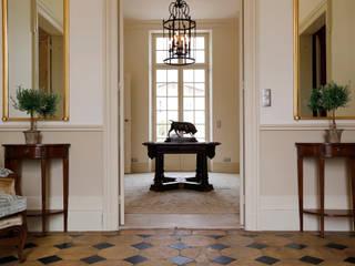 Pasillos, vestíbulos y escaleras de estilo rural de Oficina Inglesa Rural