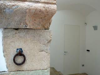 Casa Apice Bellini Ingresso, Corridoio & Scale in stile moderno di raffaele iandolo architetto Moderno