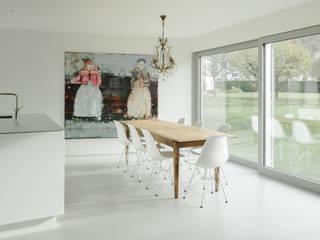 Haus in der March Minimalistische Esszimmer von kit Minimalistisch