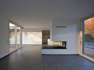 Moderne woonkamers van (pfitzner moorkens) architekten PartGmbB Modern