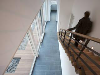Nowoczesny korytarz, przedpokój i schody od (pfitzner moorkens) architekten PartGmbB Nowoczesny