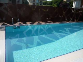 La piscina degli alberi misteriosi Piscina moderna di raffaele iandolo architetto Moderno