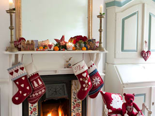 Alpine Christmas Cushions, Stockings and Decoration Ruang Keluarga Klasik Oleh Jan Constantine Klasik
