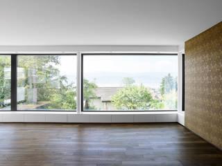 Haus Tschannen Faes, Erlenbach, Wohnzimmerfenster:  Wohnzimmer von Andreas Müller Architekten