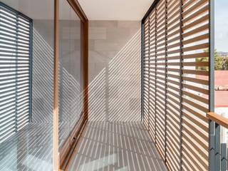 Casa CP Alventosa Morell Arquitectes Balcone, Veranda & Terrazza in stile minimalista