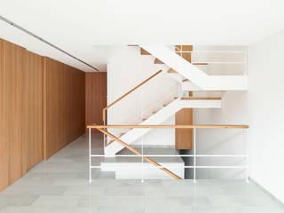 Casa CP Alventosa Morell Arquitectes Pasillos, vestíbulos y escaleras de estilo minimalista
