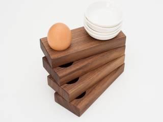 Eierbecher aus Nussbaumholz: moderne Esszimmer von klotzaufklotz