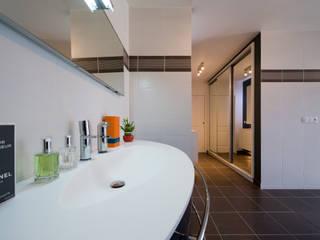 UNE DOUCHE DESIGN... Salle de bain moderne par LA CUISINE DANS LE BAIN SK CONCEPT Moderne
