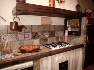 Restauro di un casolare di fine 800: Cucina in stile in stile Rustico di Studio di Progettazione Arch. Tiziana Franchina