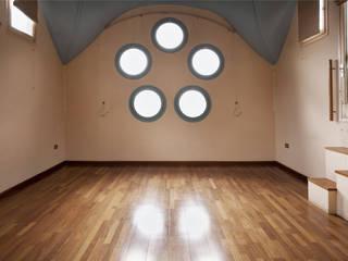 ALTILLO PARA APARTAMENTO EN CÚPULA MODERNISTA (BARCELONA) Salones de estilo minimalista de mobla manufactured architecture scp Minimalista