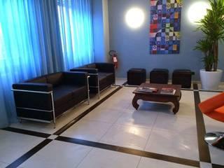 Relooking aree comuni hotel_salotto_dopo: Hotel in stile  di ANNAMEDA