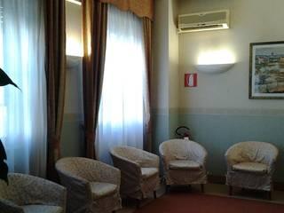 Relooking_Hotel_salotto_prima: Hotel in stile  di ANNAMEDA