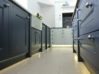Bespoke Painted Kitchen, Elgin, Moray, Scotland UK Dapur Klasik Oleh Glenlith Interiors (Scotland) Ltd Klasik