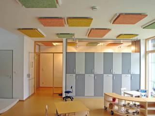Gruppenraum mit Akustikdecke:  Schulen von JÖRN KNOP ARCHITEKt+INNENARCHITEKT