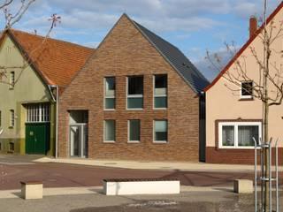 Strassenansicht im Kontext der Bebauung:  Schulen von JÖRN KNOP ARCHITEKt+INNENARCHITEKT