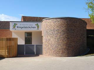 Haupteingang zur Kinderkrippe:  Schulen von JÖRN KNOP ARCHITEKt+INNENARCHITEKT
