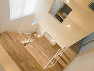 ロフトの窓から吹抜けを見下ろす: 山本陽一建築設計事務所が手掛けたリビングです。