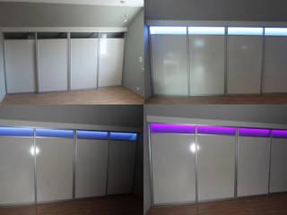 Schiebetür zur Raumabtrennung in einer Dachschräge in Dortmund: moderne Arbeitszimmer von Möbel nach Maß & Licht-Ideen
