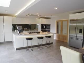 High gloss white Nhà bếp phong cách hiện đại bởi PTC Kitchens Hiện đại