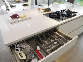 Luxurious White Kitchens by PTC Nowoczesna kuchnia od PTC Kitchens Nowoczesny