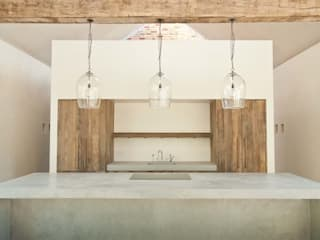 Aylesbury pool room:  Kitchen by Decor Tadelakt