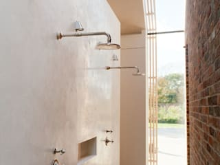 Aylesbury pool room:  Bathroom by Decor Tadelakt