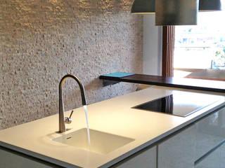 +1 Progetto Interni: Cucina in stile in stile Moderno di +1 PROGETTO INTERNI