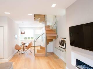 Corredor, hall e escadas  por Railing London Ltd