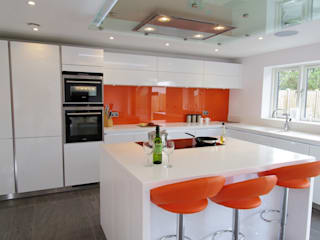 White & Orange Handless PTC Kitchens Cucina moderna