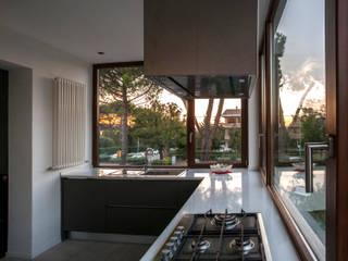 La cucina: Cucina in stile in stile Moderno di medeaa Marchetti e De Luca Architetti Associati