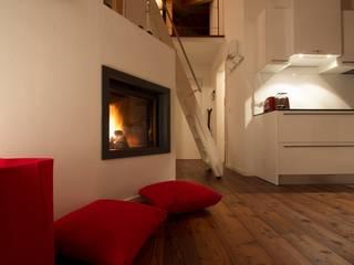 L'open space: Soggiorno in stile in stile Moderno di medeaa Marchetti e De Luca Architetti Associati